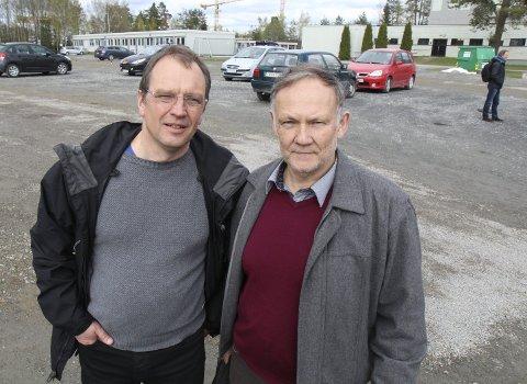 BEKYMRET: Asle Jahren (t.v.) og Bjørn Dahl gledet seg først over at parkeringsnormen ble økt fra 0,3 til 0,7 plasser per ansatt. Nå har Fylkesmannen anket. FOTO: kjell aasum