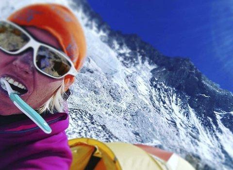 Spent: Her pusser Une Prestholt tennene til utsikten av verdens høyeste fjell. Tirsdag kan hun stå der selv. FOTO: UNE PRESTHOLT