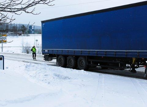 SLET: Politet måtte sperre Bølerveien men s dette vogntoget fra Litauen la på kjettinger.
