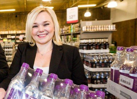FULL FART: Salgs- og markedssjef Katrine Bergersen Klemp lar ikke en liten nedtur i fjor ødelegge. Neste år fyller Oma Mineralvannfabrikk 100 år, og har flere nye stasinger på gang.