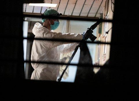 Kriminalteknikere undersøker lørdag kveld boligen hvor det ble funnet en død kvinne. Politiet opplyser at mannens om er siktet etter moské-skytinger er tilknyttet denne adressen. Foto: Terje Bendiksby / NTB scanpix