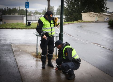 MÅLESTOLPE: Alle passasjerer under 135 centimeter må bruke barnesete. Politipatruljen tok høydemålingen på en av lyktestolpene ved skolen.