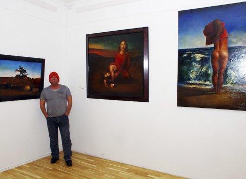 SURREALISTISK OG FIGURATIVT: Maleriet «The War God» (t. ve.) er et av få surrealistiske bilder på Mard Issas utstilling på Hovtun. ALLE FOTO: PER D. ZARING