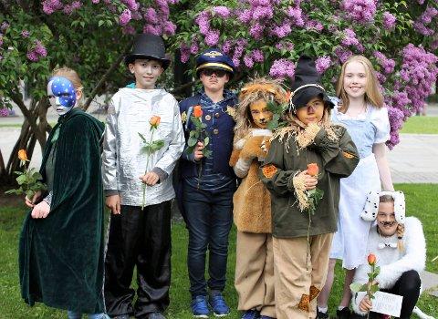 ROLLER: Kutlruskoleelevene i Røyken fikk opptre i Oslo som i rollene fra Trollamnnen fra Os.