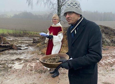 SIKRET JORD: Sogneprest Janneke Riskild stilte i messehagel fra 1715 på minnemarkeringen. Håvard Kilhavn sikret at jord fra stedet blir bevart for å flyttes til kirkegården.