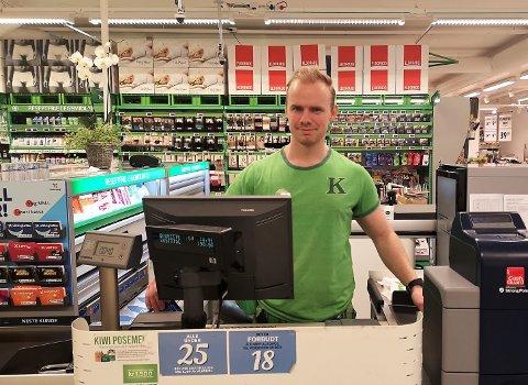 GÅTT GRADENE: Martin Rese startet i kassa, og blir butikksjef 1. mars. Han tar fortsatt en turn i kassa nå det trengs.