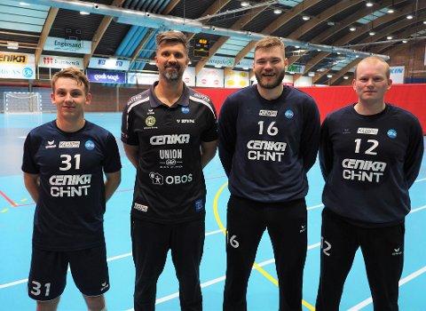 HÅNDBALL:  Fra treningen i Drammenshallen. Fra venstre Ola Hoftun Lillelien, trener Kristian Kjelling, Sander Drange Heieren og Sigurd Brandtsegg Smevik.