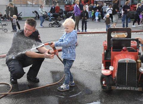 ÅPEN DAG: Magnus Bjørnstad fikk hjelp av Knut Thomas Ueland på brannstasjonen i Sandefjord for ett år siden. FOTO: ERIK ANDREASSEN