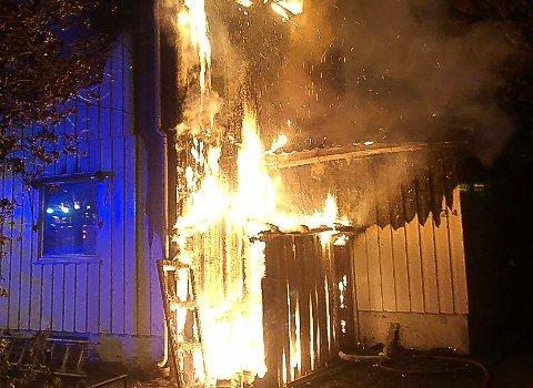 FULL FYR: Det brant godt i eneboligen i Tønsberg i natt.
