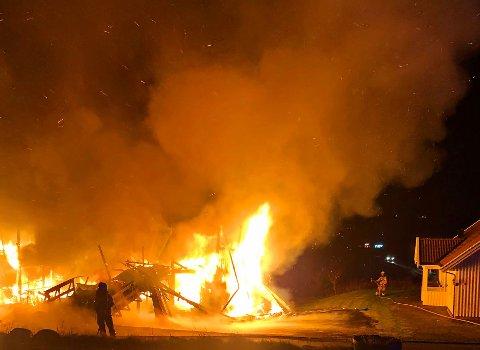 BRANT NED: – Låven var fullstendig overtent og fortapt, men kårboligen til høyre på bildet ble reddet, skriver brannvesenet på Facebook.