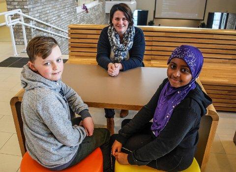 FORNØYDE ELEVER: Alexander Efterdal og Sumaya Yusuf synes leksefri skole høres veldig bra ut. Her sammen med Ap-politiker Therese Thorbjørnsen, som kommer med forslaget.
