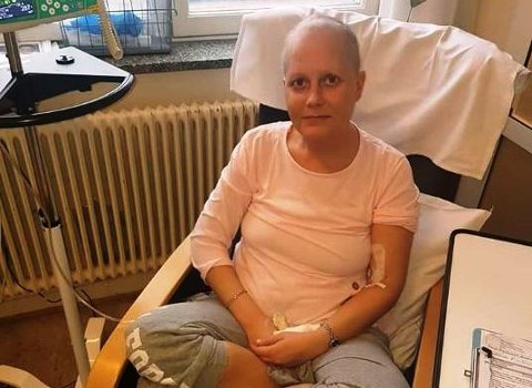 TØFFE ÅR: Linn Solberg (36, her avbildet i forbindelse med cellegiftbehandling på Radiumhospitalet) har kjempet mot kreften i flere år. Hun er erklært kreftfri nå, men sliter med senskader og en trang økonomi. Støtte fra Frank Løke og hans Instagram-følgere gjør at hun nå ser positivt på framtiden.