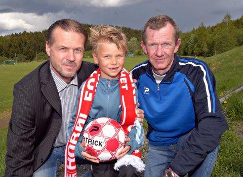 FOTBALLSKOLE MED ONKEL: Thomas Rekdal var sju år da onkel Kjetil Rekdal kom til Hobøl og hadde fotballskole. Hobøl-trener Tore-Jan Rønning til høyre. ARKIVFOTO