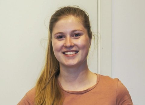 STRESS: Caroline Gravdahl (19) tror alt skolearbeidet er med på å bygge opp stress blant ungdommer.