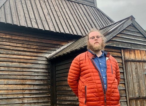 KAUPANGER: Jacob Knagenhjelm tykkjer besøkstala for Kaupanger stavkyrkje er unormalt låge.