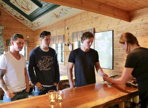 FØRSTE: Disse tre guttene fra Tønsberg var første kundene da de ankom bare fem minutter etter at Stavsro-hytta hadde åpnet.