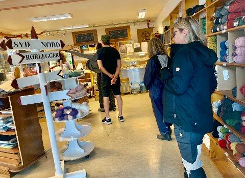 KØ: Mange står i kø for å kjøpe kortreiste produkter.