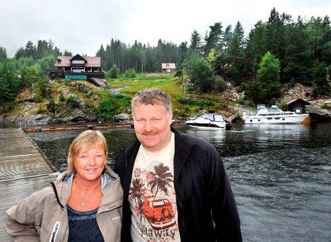 ANGRER: Anita og Thor Hamsdokka angrer på at de solgte Munken til Hilde Merete og Bjørn Victor Slette. Dette er fra hyggeligere dager på øya.