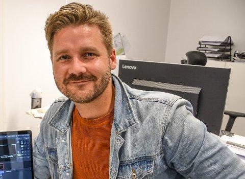 Eirik Sauarlia (32) mener Notodden må begynne fra scratch, skjerpe turismenæringa og tenke stort. Her i forbindelse med videoproduksjon (Arkivfoto)