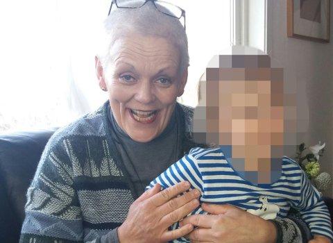 FIKK OVERNATTE: Lørdag fikk denne kvinnen husly på Tjøme. – Hun ville gjerne at jeg skulle dette bildet av henne med sønnen min på fanget, sier moren som vil advare andre mot kvinnen som kalte seg Mia Hansen denne gang.