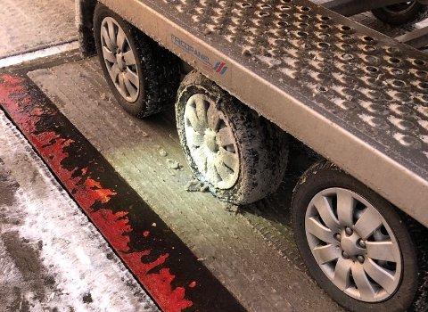 28 tunge og 4 lette kjøretøy ble kontrollert på grenseovergangene ved Svinesund og Ørje mandag. 13 kjøretøy fikk kjøreforbud