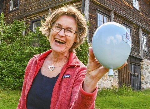 Hillestad i Tovdal: Barbro Hillestad med en av de lekne keramikkballongene til Kristin Antonsen. Antonsen er én av de fem kunstnerne som viser sine arbeider i Hillestads sommerutstilling. Foto: Mette Urdahl Storm
