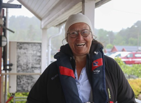 Fiffig idé: Alexandra Villafrance fikk en god idé etter å ha lest i avisa at det ikke ble noe offentlig bryggeanlegg på Hauketangen på Sandøya. Sammen med søsteren Vanessa har hun tatt saken i egne hender. Foto: Marianne Stene