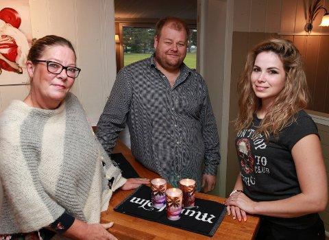 Norsk mat: Det er Laila Nygaard (t.v.) som skal styre kjøkkenet på Parken restaurant. Her ser vi henne sammen med eieren Frank Johansen og Beatrix Anett Fugedi som skal jobbe som ?servitør.