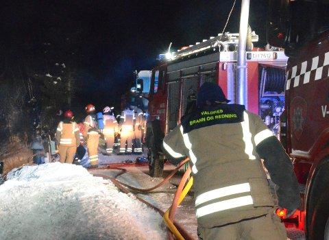 Utrykning: Her er Valdres brann og redningstjeneste ute på en husbrann.