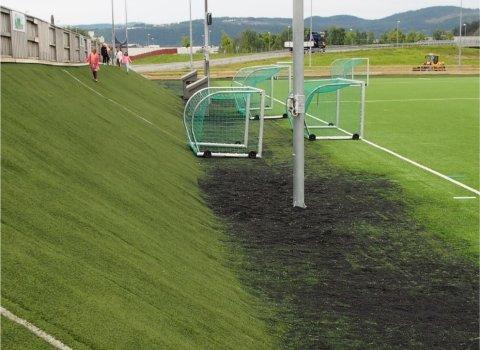 MIKROPLAST: Sparebankstiftelsen Hallingdal vil støtte miljøtiltak som skal stoppe forurensning fra kunstgressbaner, ved å hindre spredning av granulater.