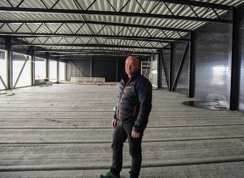 Rune Wangensteen er både salssjef og medeigar i Vang Auto-Service AS, han gler seg til å ferdigstille nybygget og vekse vidare dei neste åra.
