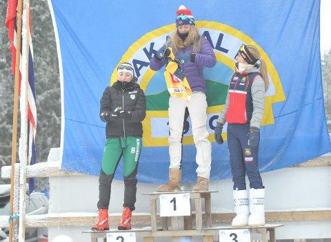 PALLEN I J16 LØRDAG: Synne Selberg fra Gjelleråsen IF (t.v.), øverst Tuva Anine Brusveen-Jensen fra Lyn og til høyre Rikke Bogdanovski Lorenzen fra Røa.