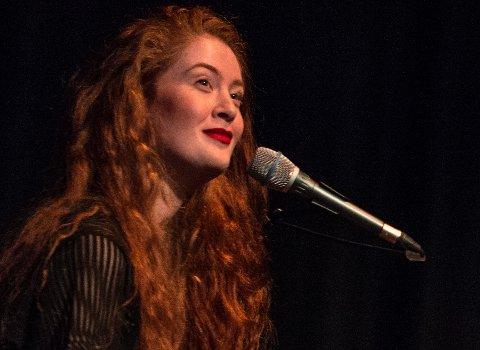 RED MOON: Debrah Scarlett tatt navnet Red Moon og skrevet kontrakt med plateselskapet Decca UK. Nå har hun sluppet EP-en Phase 1: XI. Bildet er fra åpningsforestillingen i Kulturverket Flammen i 2017.
