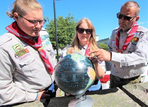 IKKE ALENE: 52 000 speidere fra 152 nasjoner vil være samlet på World Scout, som i år arrangeres for 24 gang. Troppsleder Tore Støkken peker ut Jamboree i West Virginia på globusen.