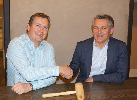 Ola Amundsen (t.v.), daglig leder Eiendomsmegler 1 BV, og Hallvard Bratberg, direktør privatmarked i USBL, er enige om en avtale som slår sammen meglertjenestene i Buskerud og Vestfold.