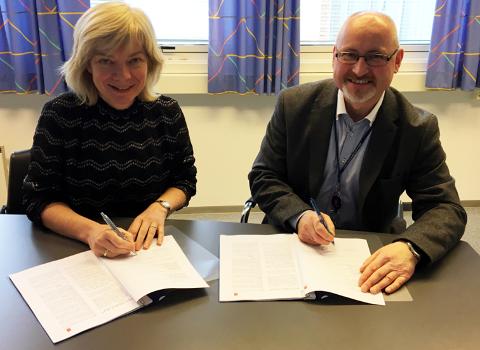 AVTALE: Leder av Institutt for maritime operasjoner, Anne Kari Botnmark, og salgsansvarlig i Kongsberg Digital, Bjarne Torkelsen, underskriver avtalen.