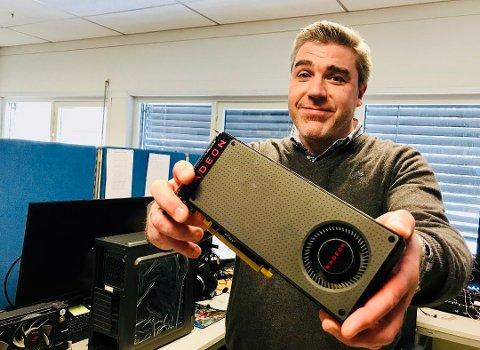SELGER UNNA SKJERMKORT: Dag Pettersen, kategoridirektør for komponenter og gaming i Komplett, viser fram et typisk skjermkort som brukes til «mining».