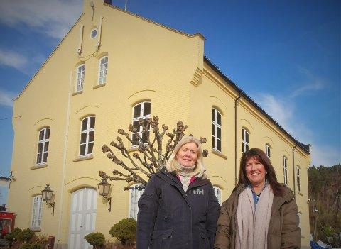 Anne Wichstrøm (t.v.) og Nina Lundberg er to lokalpatrioter som har fått sterke støttespillere med seg i planleggingen av Tollbodens muligheter for fremtiden.  Nå håper de politikerne velger det budet som totalt sett vil bidra mest til Risørs utvikling.