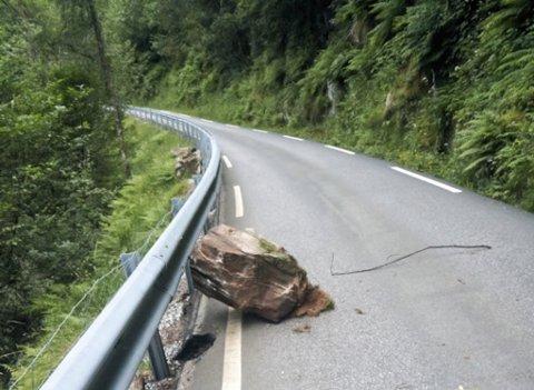 Denne steinen kom rasande ned på vegen berre kring 70 meter framfor Marit Nesse som gjekk tur.
