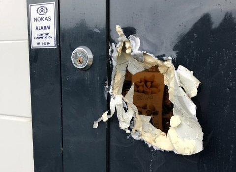 Innbruddsforsøk: Mandag formiddag ble kjøpmann Frank Amundsen på Rema 1000 Krokdalsmyra Fauske, gjort oppmerksom på skadene i en av nødutgangsdørene av en av butikkens kunder.