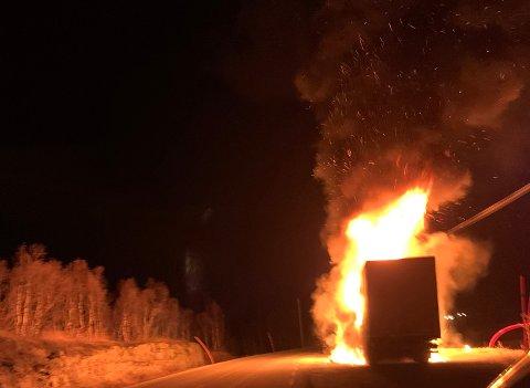 En trailer begynte å brenne på Kråkmofjellet søndag kveld.