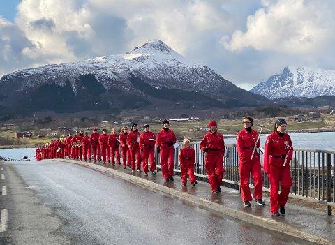 Gøy med korps: Steigen Glade Musikanter viser hvor gøy det er å spille i korps, uansett vær. Nå har de spilt inn en film på Engeløybrua som skal distribueres på nasjonaldagen for å ønske Norge god 17. mai.