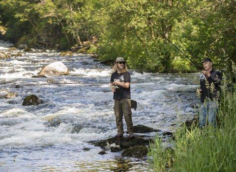 Oselva er en av fylkets beste lakseelver. For Adrian Valle er det selve livet å fiske i den. Det er faren Øystein (t.h.) som har lært ham opp. FOTO: EIRIK HAGESÆTER