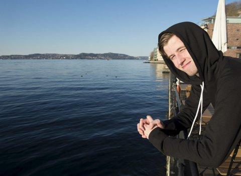 Alan Walker er 19-åringen fra Fana, som på ett år har gått fra å lage musikk på gutterommet til å spille for tusenvis verden over. Det er først nå i desember han spiller sine første konserter i Bergen, og familien gleder seg til å få ham hjem til julefeiring.