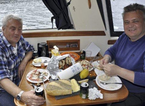 Festmåltid: De er to av Norges mektigste fagforeningsledere.                         Men på fisketuren kom de sørgelig til kort. Herremåltidet ble sikret av at Roar hadde handlet inn reker og krabber.  ALLE FOTO: DAG BJØRNDAL
