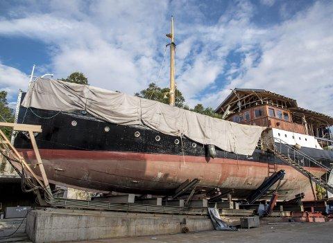 MS «Granvin» på slipp i Dåfjorden i august i fjor. Nå ligger den gamle HSD-båten i Norheimsund og får alt innvendig på plass ved Hardanger Fartøyvernsenter. (Foto: EIRIK HAGESÆTER)