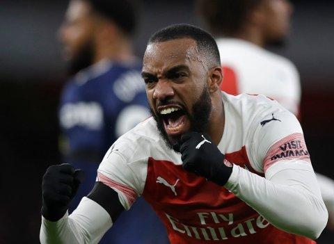 Alexandre Lacazette feirer scoringen sin mot Fulham. På lørdag er det FA-cup for Arsenal, og det betyr at flere av stjernespillerne muligens blir hvilt. (AP Photo/Kirsty Wigglesworth)