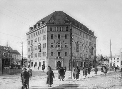 Dei første åra likna Svaneapoteket meir ei borg enn ein bygard. Det skulle ta fleire tiår før alle branntomtene i kring var bebygd. Dette fotoet er tatt i 1926 – seks år etter Arnesen og Darre Kaarbøs nybygg stod klart.