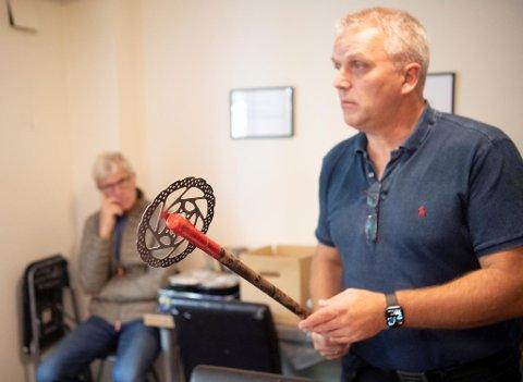 Hospitseier Kjetil Aarvik viser frem øksen, mens bystyrerepresentant Olav Reikerås (Sp) følger med.