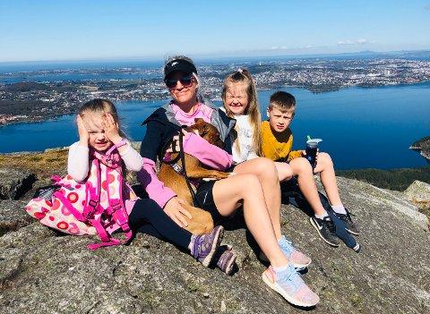 Lørdagstur til Dalsnuten: Familien Truls og Renate Kolnes gikk til Dalsnuten i dag tidlig sammen med ungene  Jonatan (9), Ulrikke (8), Synne (4) og hunden Lotte.